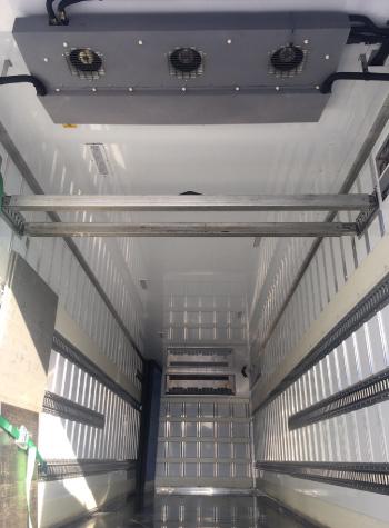3温度帯仕様のトラック庫内